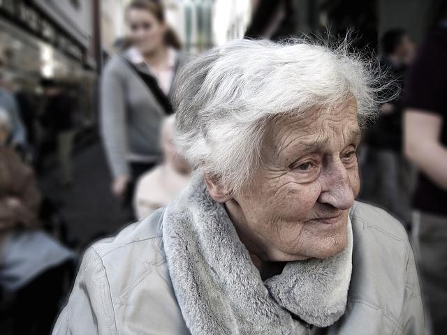 Jak opiekować się starszą osobą? Porady dla opiekunów pracujących za granicą i w kraju