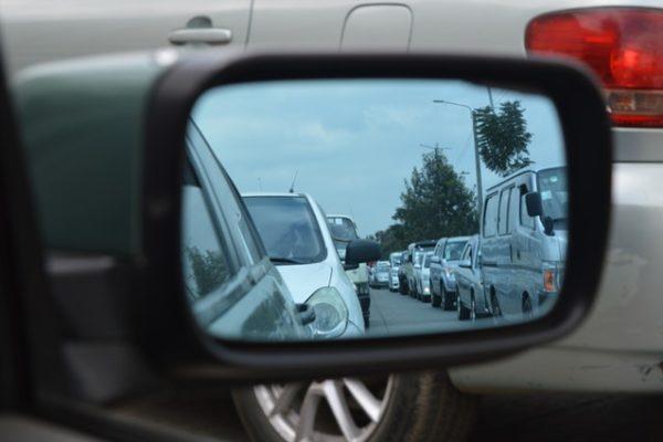 Dlaczego w polskich miastach tworzą się korki? 3 główne grzechy polskich kierowców